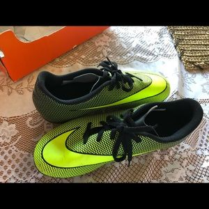 NIKE SOCCER CLEATS YOUTH 6 YELLOW WITH BOX
